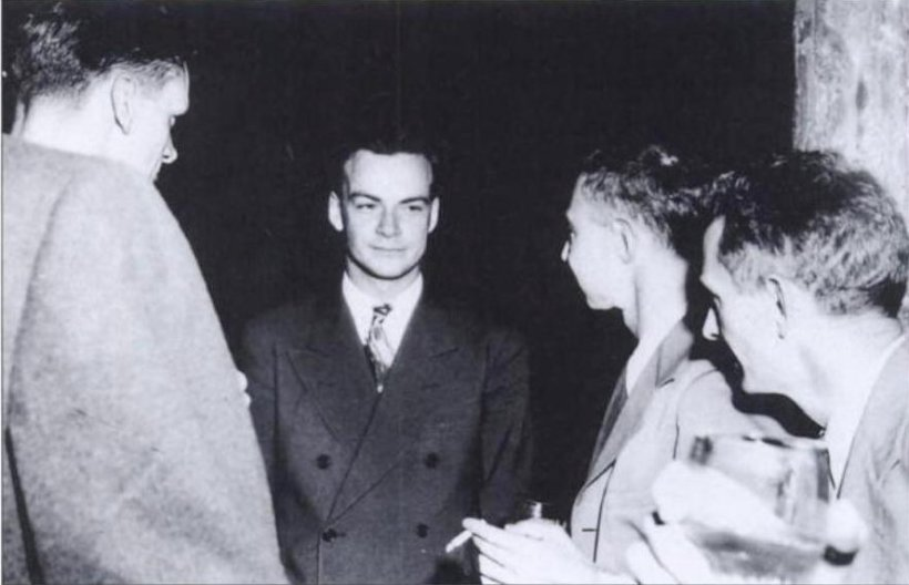 Feynman (center) with Robert Oppenheimer (right) relaxing at a Los Alamos social function during the Manhattan Project wikipediaによる