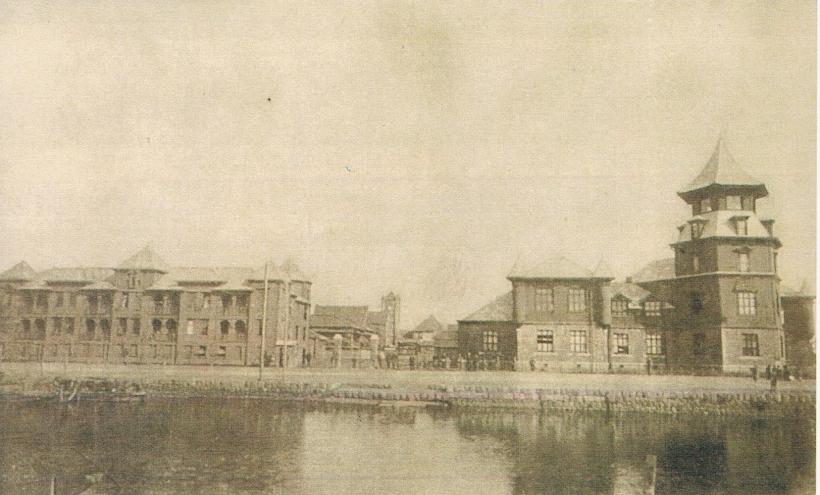 築地川を隔てて見た立教のキャンパス-中央遠方が三一神学校『Bricks-and-Ivy立教学院百二十五年史図録』より