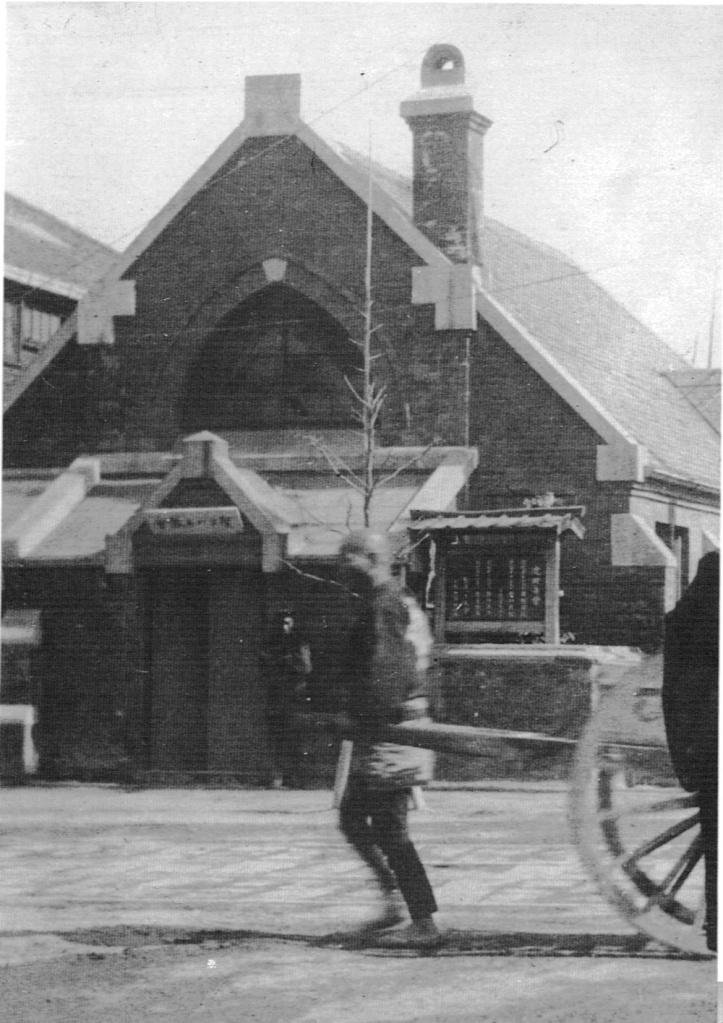 赤色煉瓦の黒船町教会(電車通りから見た正面入口)[明治24]『浅草に召されて』による