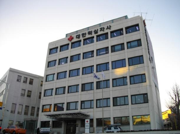 大韓赤十字社本社-左のビルが旧日本赤十字社朝鮮本部庁舎-あばさー氏撮影-ko.wikipediaによる