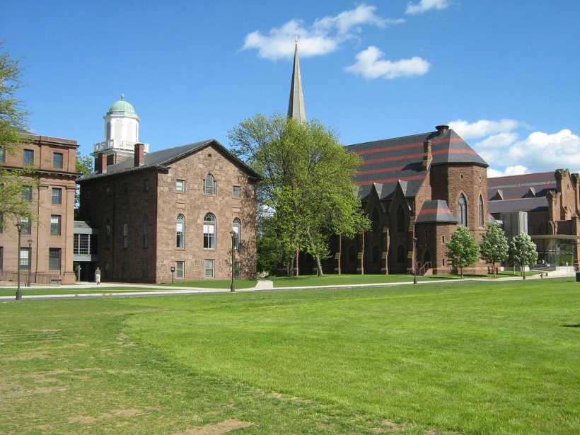 Rear-view-of-College-Row,-Wesleyan-University、Smartalic34撮影-wikipediaによる