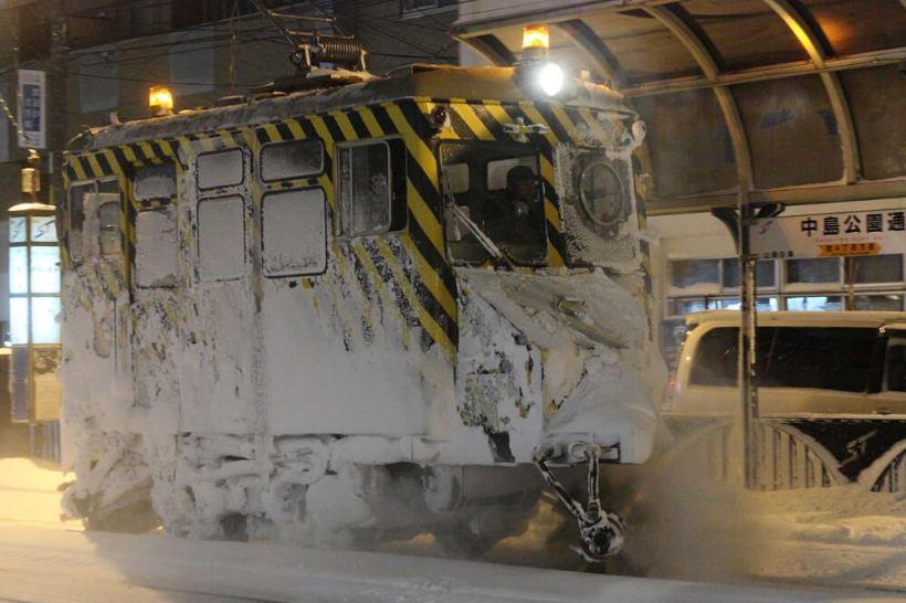 iyoupapa氏撮影-稼働中の札幌市交通局のササラ電車-雪1形(2011年)-wikipediaによる