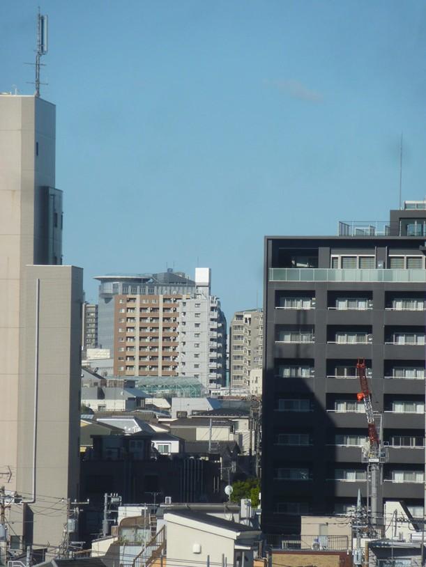 2020年4月19日スーパーすきま富士-右下方に不忍通りマンション建設現場